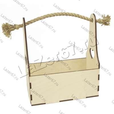 Деревянный ящик с высокой ручкой верёвкой.